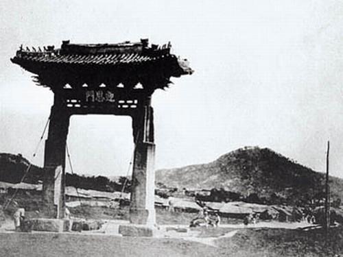 영은문. 1890년대의 영은문. 현재는 서울 서대문구 현저동에 영은문주초가 남아 있다. 두산세계대백과사전 사진