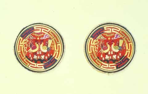 베갯모. 온양민속박물관 소장. 베개의 양 끝에 조그마한 널조각에 수놓은 헝겊. 한국민족문화대백과사전 사진