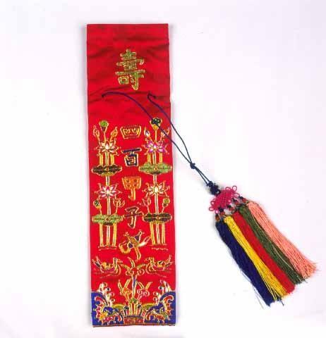 자수 수저집. 숟가락과 젓가락을 넣는 주머니. 자수박물관 소장. 복과 장수를 상징하는 문자나 문양을 수놓는다. 한국민족문화대백과사전 사진