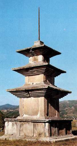 감은사지삼층석탑 서탑. 한메디지탈세계대백과 사진