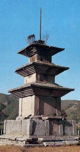 감은사지삼층석탑 동탑. 한메디지탈세계대백과 사진