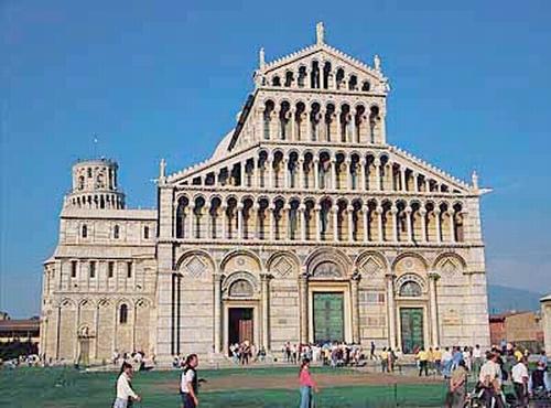 피사대성당 정면. 이탈리아 피사. 토스카나 지방에서 가장 훌륭한 로마네스크 양식의 건물 중 하나이다. 두산세계대백과사전 사진
