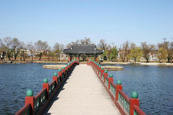 궁남지 포룡정 다리. 궁남지는 백제의 궁이었던 사비성(지금의 부소산성) 남쪽에 있는 왕을 위한 인공 연못이다. 연못의 섬에는 포룡정이라는 정자가 있으며 그곳까지 이어지는 다리가 놓여 있다. 두산세계대백과 사진