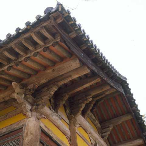 수덕사대웅전의 박공. 맞배지붕의 측면에 人자형으로 붙인 건축 부재. 박풍이라고도 한다. 사진은 고려 후기 목조 건물의 맞배지붕 처리 솜씨를 보여 준다. 한국민족문화대백과사전 사진