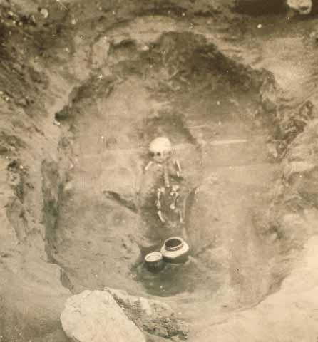 김해 예안리 76호분. 선사 시대부터 쓰이던 분묘의 일종으로 지하에 구덩이를 파고 직접 유해를 장치하는 장법. 민족문화대백과사전 사진
