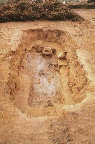 경주 조양동무덤(60호). 구덩이를 파고 널을 넣은 덧널시설이 이루어진 무덤. 무덤 속에 관을 넣어두는 묘실을 목재로 만들었기 때문에 목곽묘라고도 하며, 단순한 움무덤의 토광묘와 낙랑 시대의 목곽분과 구별하기 위해 토광목곽묘라는 용어를 사용하기도 한다. 민족문화대백과사전 사진