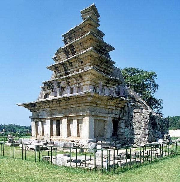 미륵사지 석탑. 전북 익산시 금마면. 국보 제11호. 백제시대. 한국 석탑의 시원양식으로서 목탑이 석탑으로 이행하는 과정의 구조를 보여주는 중요한 탑이다. 탑의 규모로 보더라도 한국 석탑 중 최대의 걸작이다. 두산세계대백과사전 사진