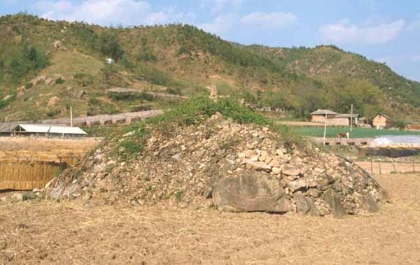 돌무덤. 돌을 이용해 쌓아올린 무덤. 일반적으로 토총에 반대되는 개념으로 석총이라고도 한다. 민족문화대백과사전 사진