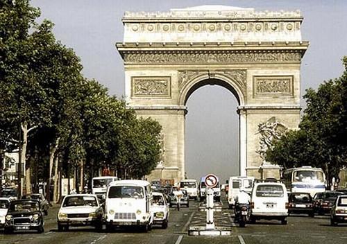 에투알개선문. 프랑스 파리 드골 광장. 높이 50m의 이 개선문에는 플랑부아양식의 부조와 방패무늬 조각들 그리고 전쟁에서 승리한 지역의 이름이 새겨져 있다. 이 곳에서 파리의 샹젤리제거리가 시작된다. 두산세계대백과사전 사진