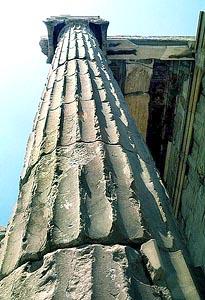 파르테논신전 원주기둥. 그리스 아테네의 아크로폴리스에 있는 신전. BC 479년에 페르시아인이 파괴한 옛 신전 자리에 아테네인이 아테네의 수호여신 아테나에게 바친 것으로서 도리스식 신전의 극치를 나타내는 걸작이다. 두산세계대백과사전 사진