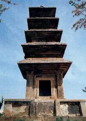 의성탑리오층석탑. 국보 제77호. 경상북도 의성군 금성면 탑리리. 한메디지탈세계대백과 사진