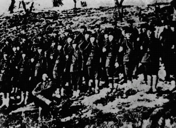 청산리전쟁 대승 기념사진. 1920년 10월 독립군부대가 독립군 토벌을 위하여 간도에 출병한 일본군을 청산리 일대에서 10여회의 전투 끝에 대파했다. 전투에 승리한 직후 찍은 기념 사진. 한국민족문화대백과사전 사진