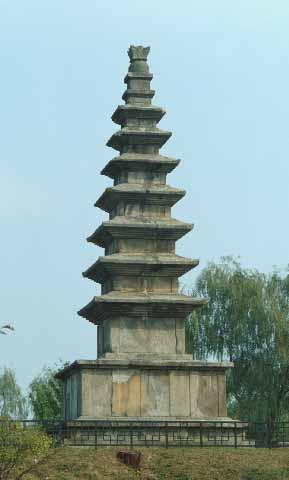 중원탑평리칠층석탑. 충북 충주시 가금면 탑평리에 있는 통일신라시대의 석탑. 높이 14.5m. 국보 제6호. 화강암 석재의 탑으로 통일신라시대 석탑 중에서 규모가 가장 크고 높다. 사찰명을 알 수 없는 신라시대의 절터에 세워져 있으며 구조는 2층의 기단 위에 7층 탑신을 형성하고 그 정상에 상륜부를 구성한 방형중층의 일반형이다. 한국민족문화대백과사전 사진