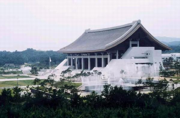 독립기념관. 충남 천안시 목천면에 위치. 독립운동에 관한 유물과 자료를 보관, 전시하며, 독립운동사를 연구하는 종합적 학술전시관으로 1987년 8월 15일에 개관하였다. 한국민족문화대백과사전 사진