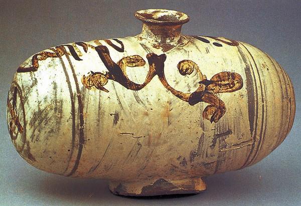 분청사기철화당초문장군. 호림박물관 소장. 보물 제1062호. 조선시대. 높이 18.7 cm, 입지름 5.6 cm, 길이 29.5 cm, 밑지름 8.8×10.6 cm. 두산세계대백과사전 사진