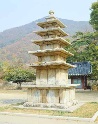 무량사오층석탑. 충남 부여군 외산면 만수리 무량사에 있는 고려 초기의 석탑. 높이 7.5m. 보물 제185호. 한국민족문화대백과사전 사진