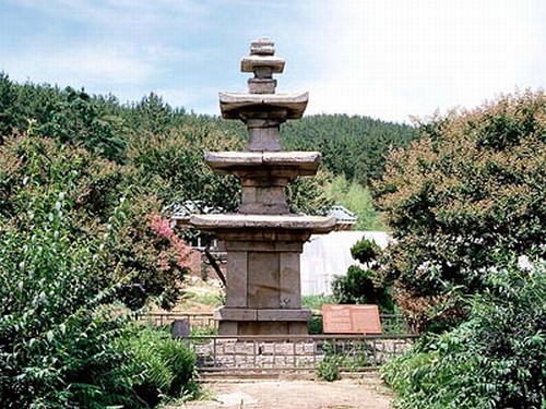 비인 오층석탑. 충남 서천군 비인면 성북리. 보물 제224호. 두산세계대백과사전 사진