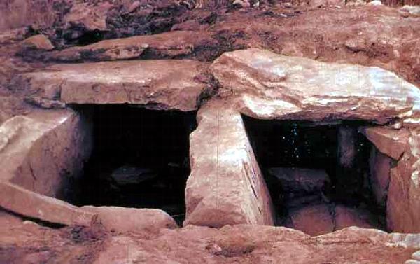고구려 돌무지무덤의 매장 시설. 고구려 돌무지 무덤의 매장 시설. 돌무지무덤은 적석총이라고도 하는데 선사시대부터 역사시대의 고구려, 백제 초기에 나타나는 묘제의 하나로 그 기원은 고구려 지역에 있다. 민족문화대백과사전 사진