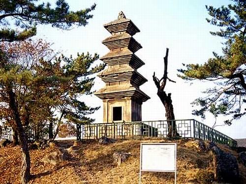 의성 탑리 오층석탑. 경북 의성군 금성면 탑리리. 국보 제77호. 높이 9.6m, 폭 4.5m인 화강석제 5층석탑. 두산세계대백과사전 사진