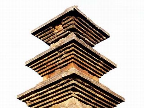 의성 탑리 오층석탑 탑신부. 경북 의성군 금성면 탑리리. 국보 제77호. 높이 9.6m, 폭 4.5m인 화강석제 5층석탑. 두산세계대백과사전 사진