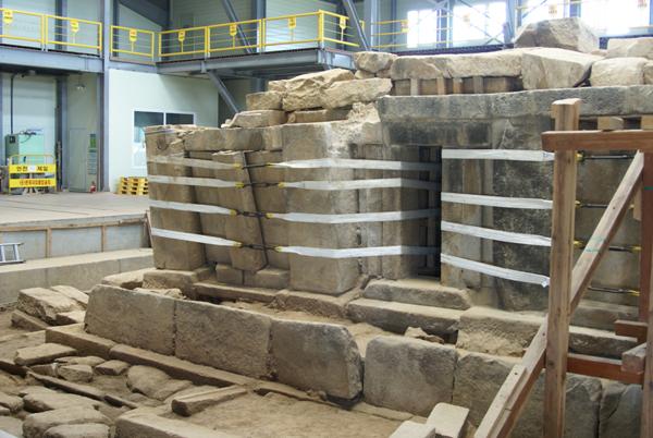 1층 옥개석을 들어내고 1층 답신만 남은 익산 미륵사지 서탑 서남쪽 측면