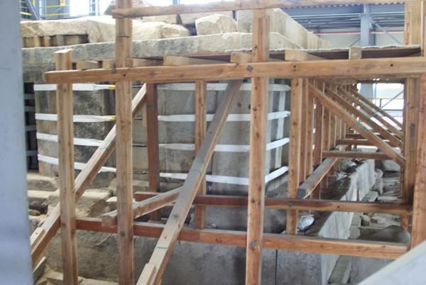 1층 옥개석을 들어내고 1층 답신만 남은 익산 미륵사지 서탑 동남쪽 측면