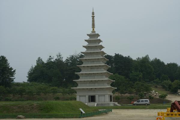복원된 미륵사지 동탑