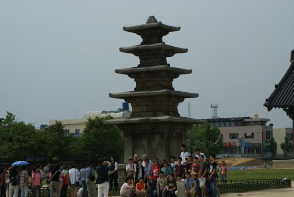 정림사지 5층석탑 앞에서 기념 촬영하는 답사팀