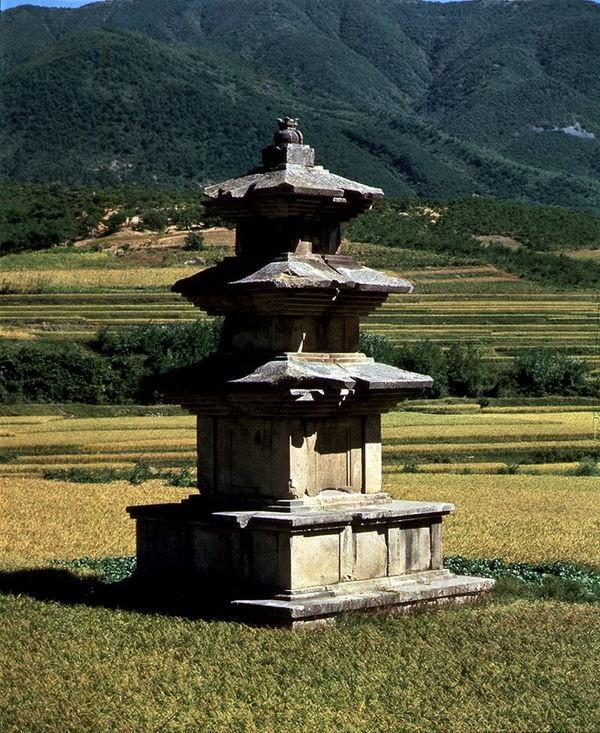 고선사지삼층석탑. 국립경주박물관으로 옮겨지기 전의 원래 모습. 문화재청 사진