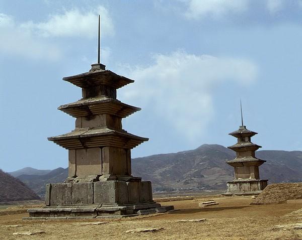 감은사지삼층석탑 동탑(좌)과 서탑(우). 문화재청 사진