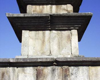 중원탑평리칠층석탑 1층 탑신과 옥개석. 문화재청 사진