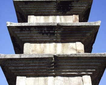 중원탑평리칠층석탑 2층 탑신(가운데). 문화재청 사진