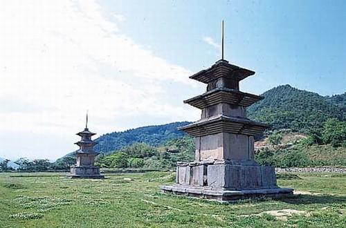 감은사지삼층석탑 전경. 브리태니커백과사전 사진