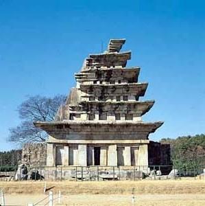미륵사지석탑. 한국에서 가장 크고 오래된 석탑, 국보 제11호, 높이 14.2m, 전북 익산시 금마면 기양리. 브리태니커백과사전 사진