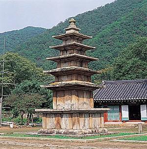 무량사5층석탑(고려), 보물 제185호, 높이 750cm, 충남 부여군 외산면 만수리. 브리태니커백과사전 사진