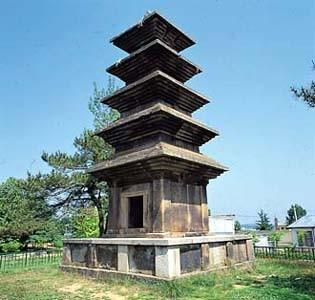 의성탑리5층석탑(통일신라), 국보 제77호, 높이 960cm, 경북 의성군 금성면 탑리리. 브리태니커백과사전 사진
