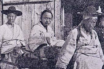전봉준(가운데), 전북 순창에서 서울로 압송되는 모습. 브리태니커백과사전 사진