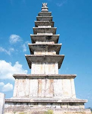중원탑평리7층석탑(통일신라), 국보 제6호, 높이 14.5m, 충북 충주시 가금면 탑평리. 브리태니커백과사전 사진