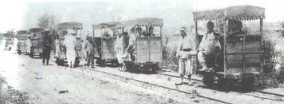 철도운행이 대중화되기 이전인 1900년대 초 사람이 끄는 궤도차. 꾸러기세상 사진