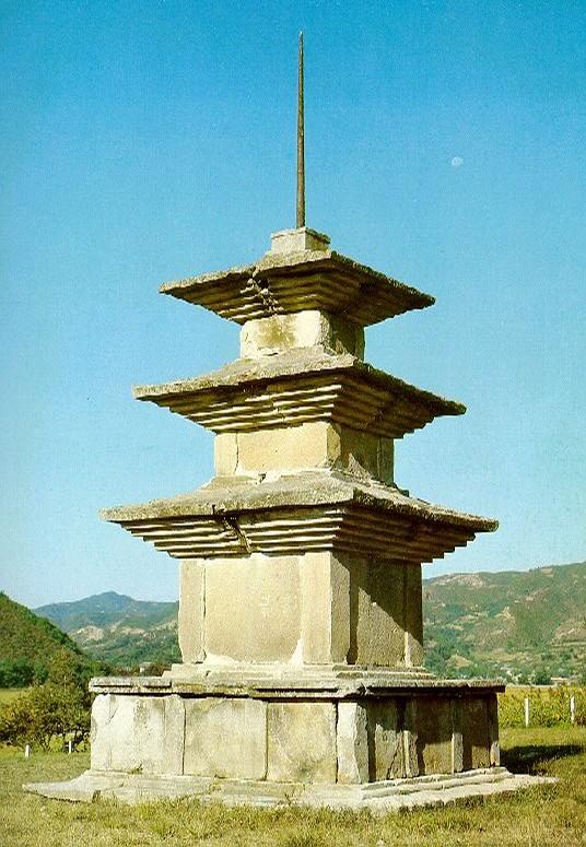 경주 감은사지 서3층석탑. 7세기 말, 높이 13.4m, 국보 제112호. 국보(예경) 사진