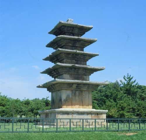 익산왕궁리오층석탑. 전북 익산시 왕궁면 왕궁리에 있는 고려시대의 석탑. 보물44호(운영자주-1997년 국보 제289호로 재지정. 높이 8.5m. 기단부에 탱주가 2개 있는 사각형 석탑이며 옥신과 옥개석은 모두 여러 개의 석재로 구성되었다. 기단의 구성 양식이나 탑에서 발견된 사리장엄구의 양식으로 미루어, 백제계 석탑 형식에 신라탑 형식이 첨가된 고려 초기의 작품으로 짐작된다. 한국민족문화대백과사전 사진